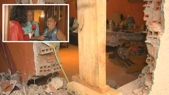 El matrimonio de Arganda al que un camión destrozó su casa pide que tapen el agujero para poder dormir