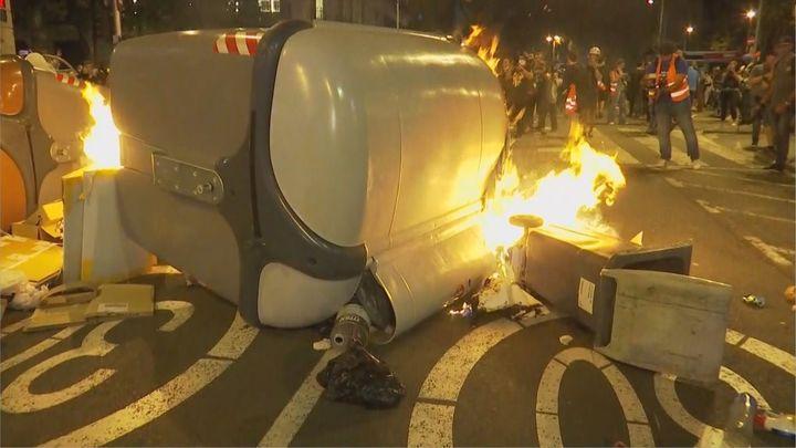 Manifestantes independentistas queman contenedores en el centro de Barcelona