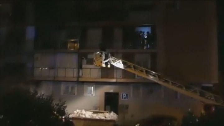 Una obra-chapuza en Madrid: una grúa rescata a unos vecinos que se quedaron sin escaleras