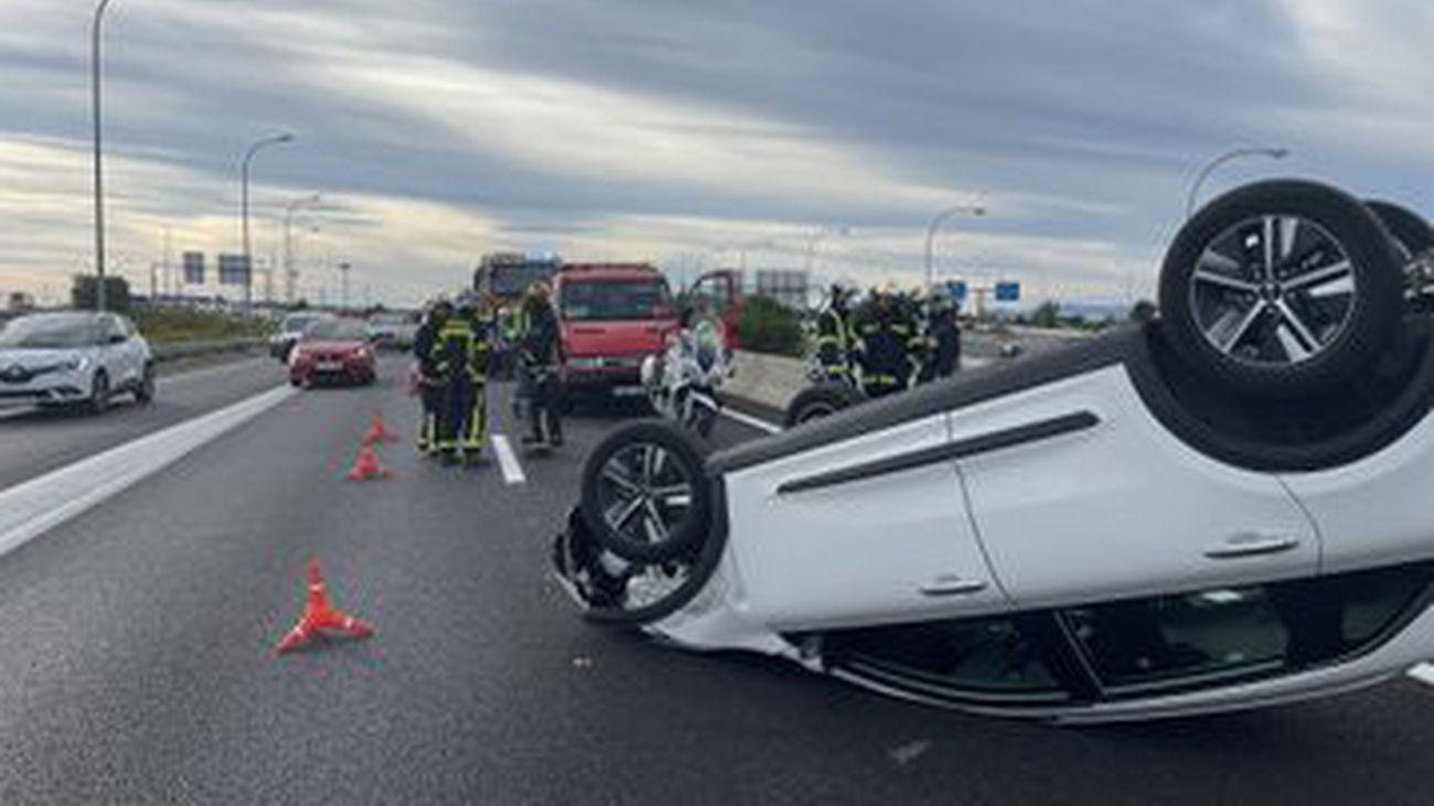 Dos heridos tras salirse de la vía y volcar un turismo en el puente que une la M-607 con la M-40 en Madrid