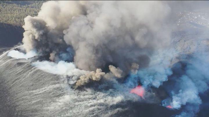 Se abren dos nuevas bocas en el volcán de La Palma y los gases obligan a más confinamientos