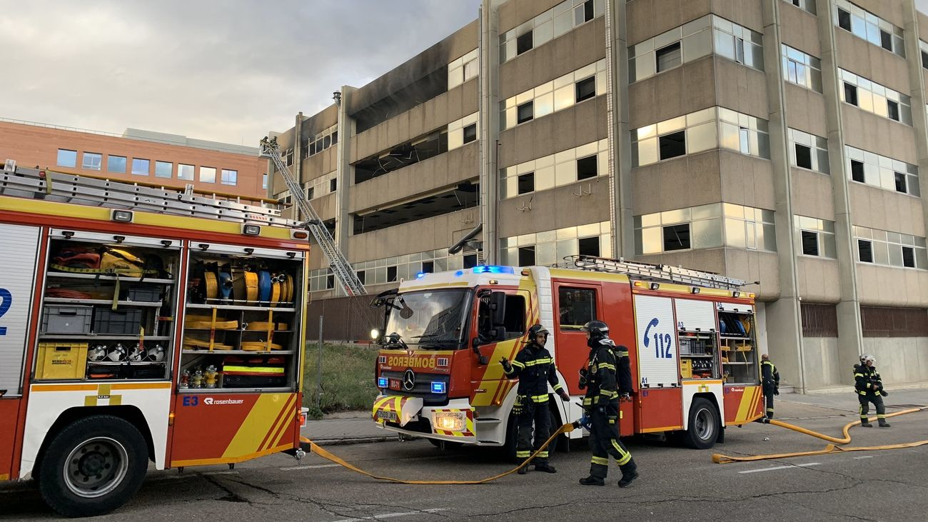 Extinguido un incendio en un edificio de oficinas abandonado en el distrito de San Blas