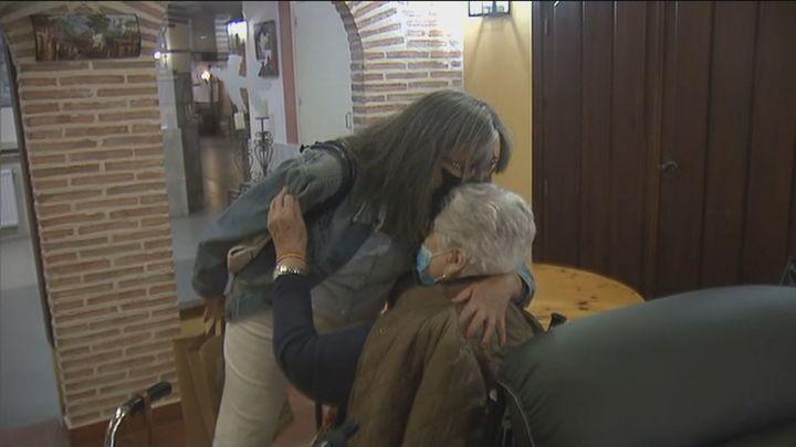Madrid relaja las restricciones en las residencias de mayores, que recuperan los abrazos