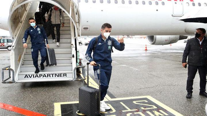 La Selección española aterriza en Milán bajo una intensa lluvia