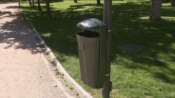 El Ayuntamiento instala papeleras antivandalismo en los parques de Madrid