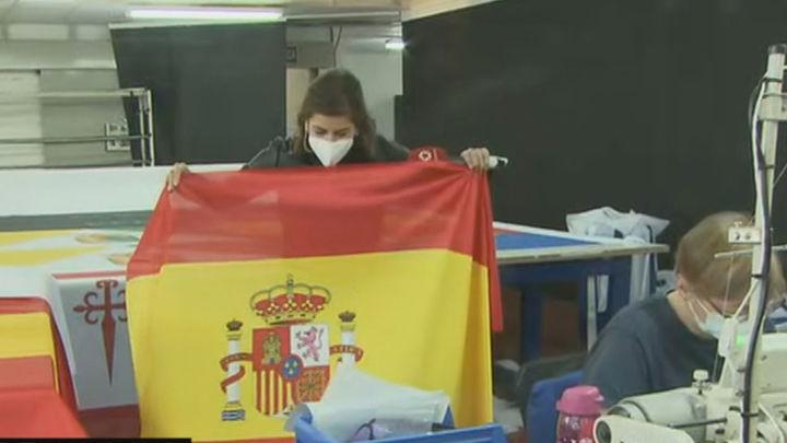 Frenética actividad en la fábrica de Colmenar Viejo donde se confeccionan las banderas de España más grandes