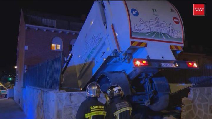 Un camión de la basura se mete en la piscina de un chalet en Parla