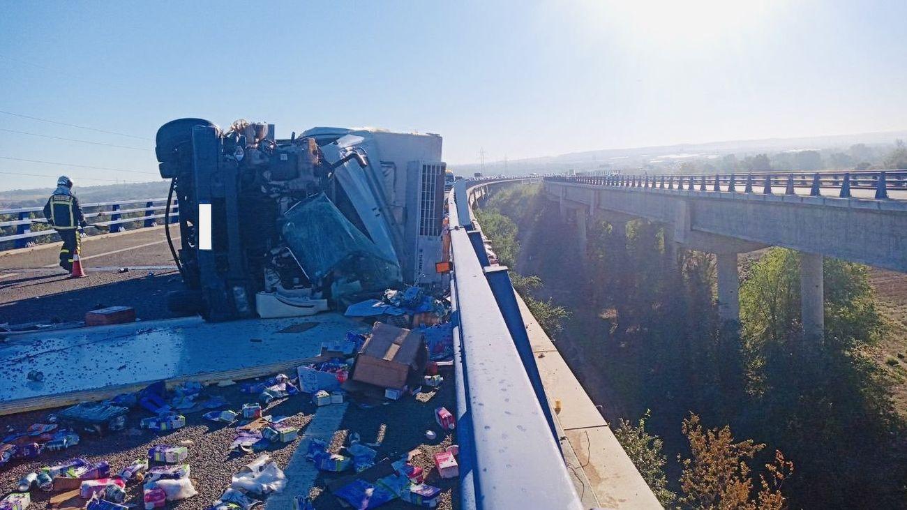 Un camionero resulta herido tras sufrir un accidente y volcar en la R-3, cerca de Mejorada del Campo
