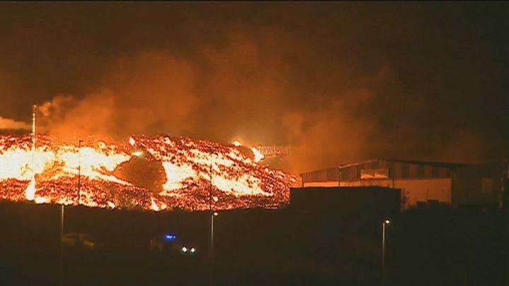 Preocupa la colada de lava que avanza en Los Llanos de Aridane y ha dañado casas