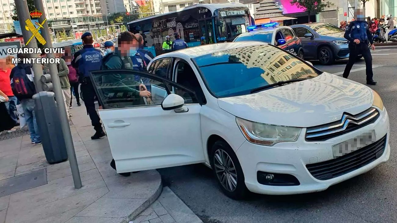 La Guardia Civil detiene en la Gran Vía a un hombre que había robado con violencia un coche en Talavera
