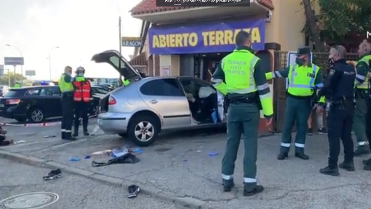 Una persecución en la A-2 acaba con un vehículo estrellado contra un restaurante