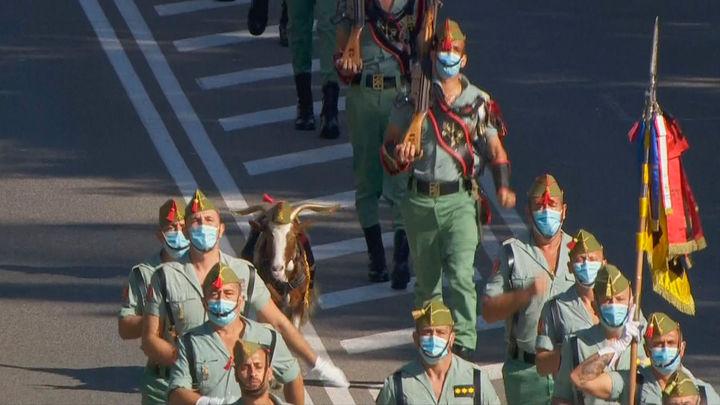 Los caballeros legionarios, a 160 pasos por minuto, desfilan por Madrid