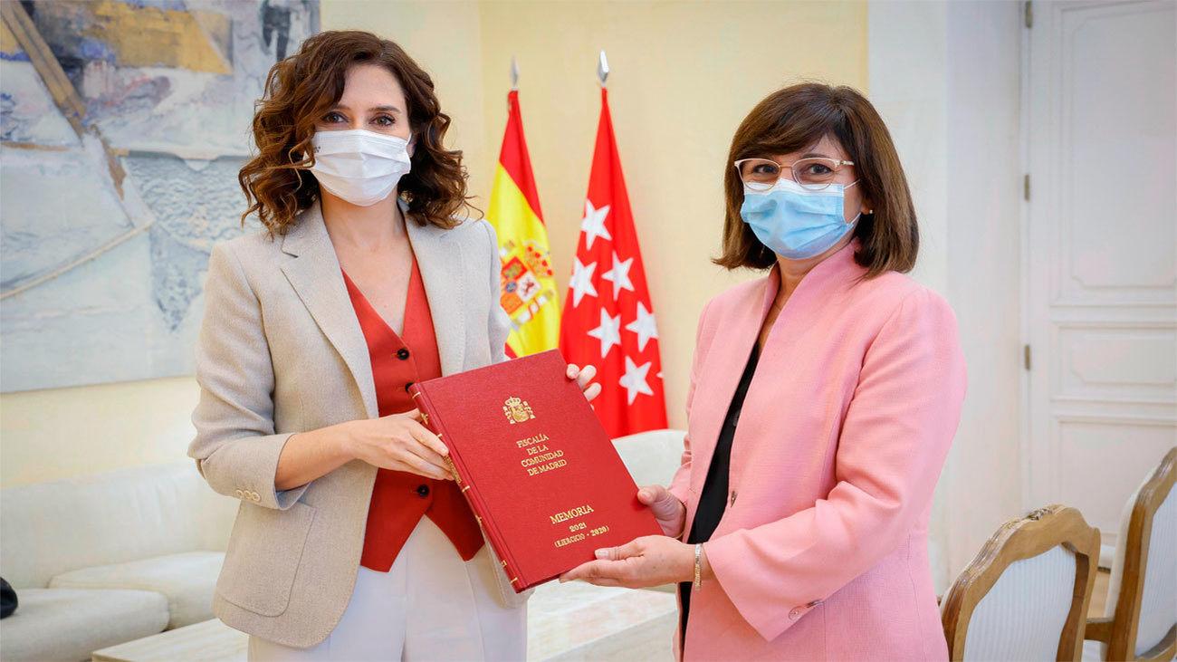 Ayuso recibe la Memoria de actividades de la Fiscalía de la Comunidad de Madrid