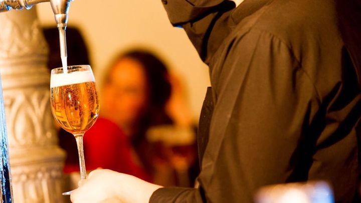 En el 2020, por primera vez, el consumo de cerveza en casa fue superior al de hostelería