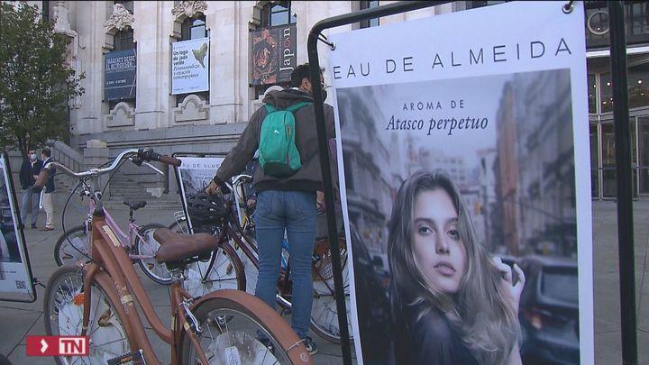 El PSOE-M lanza la campaña 'Eau de Almeida' contra la suciedad y los atascos