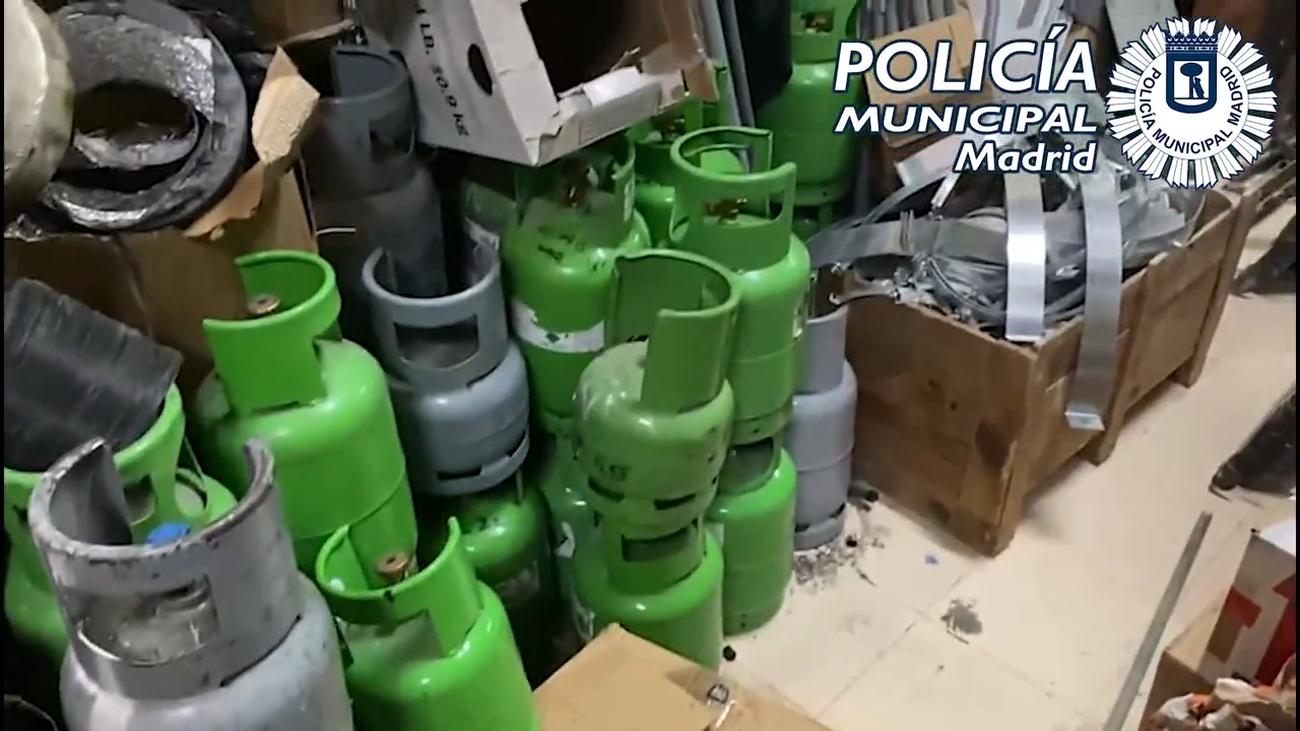 Hallada una chatarrería clandestina en Usera donde apilaban botellas con gases peligrosos