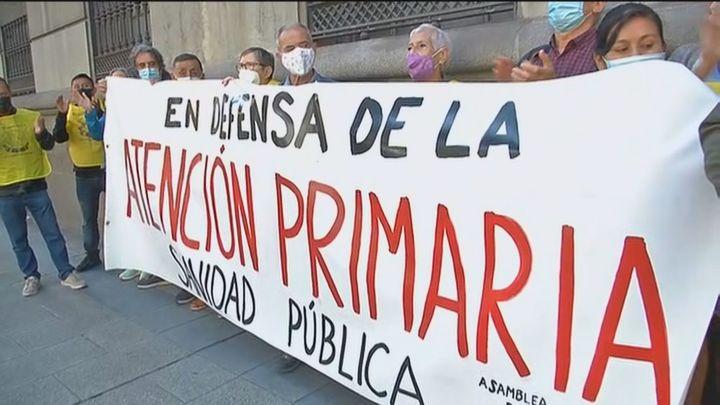 Vecinos de Latina y Carabanchel entregan 5.000 firmas a la Comunidad para reabrir Urgencias y centros de salud