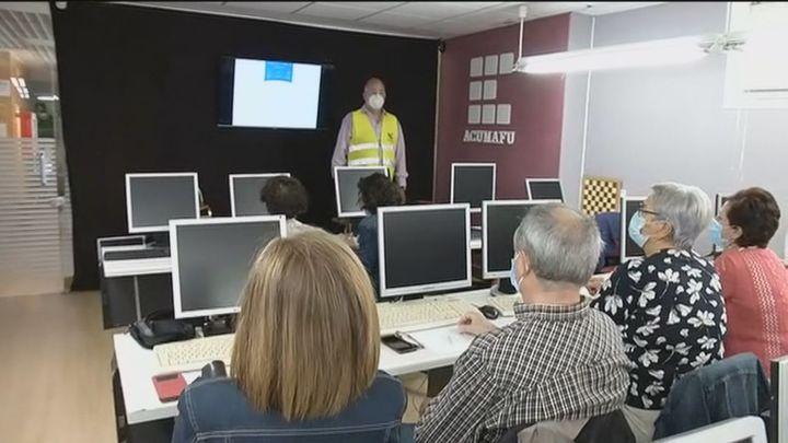 Mayores de Fuenlabrada aprenden en un taller a realizar gestiones con el móvil y a utilizar cajeros