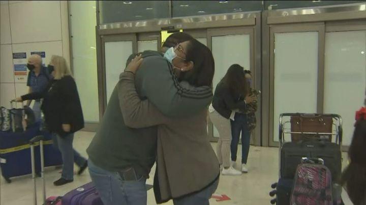 Los abrazos vuelven al aeropuerto