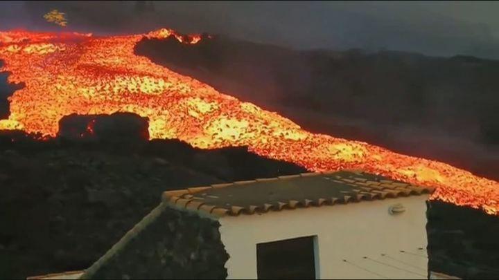 La lava avanza a gran velocidad en La Palma destruyendo edificios y amenazando con más evacuaciones