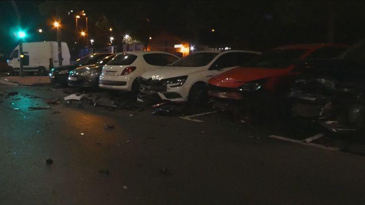 Un conductor arrolla y destroza varios coches aparcados en Móstoles