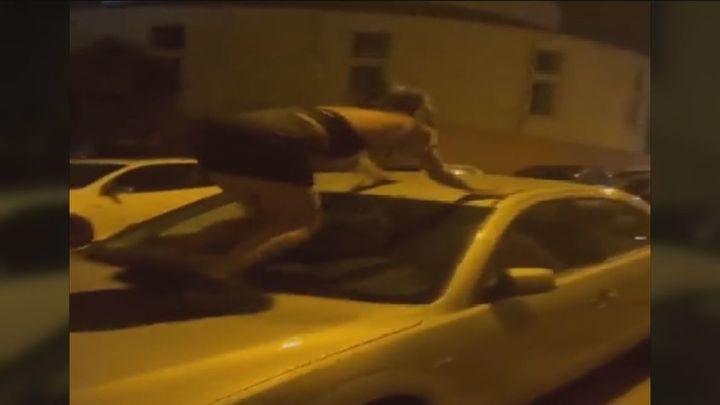 Investigan a unas jóvenes por subirse y saltar sobre coches aparcados en una calle de Madrid