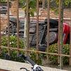 Cae un coche volando a un jardín de una urbanización de Majadahonda