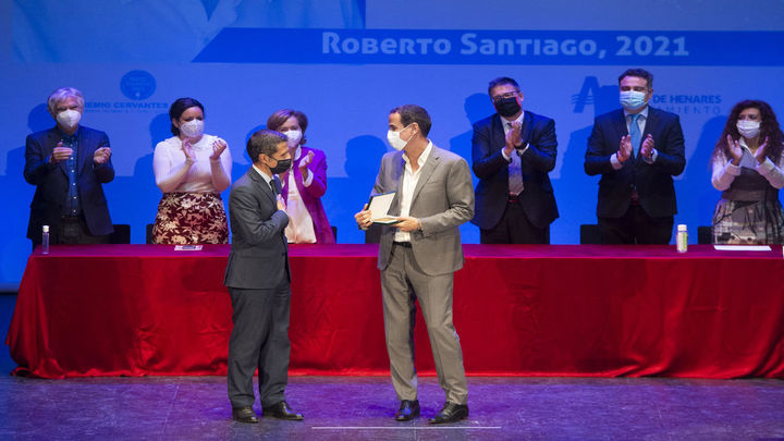 Roberto Santiagorecibe en Alcalá el Premio Cervantes Chico