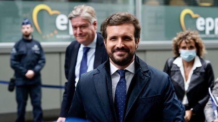 Casado pide desde Bruselas a Sánchez rigor económico y respeto judicial para España