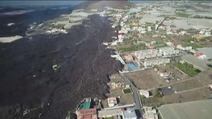 Las coladas en La Palma avanzan en su destrucción y obligan a evacuar en La Laguna y Tazacorte