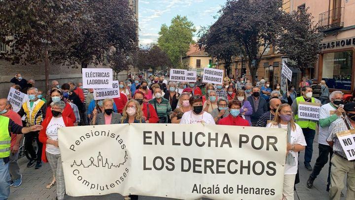 Los vecinos de Alcalá de Henares se manifiestan contra la subida del precio de la luz