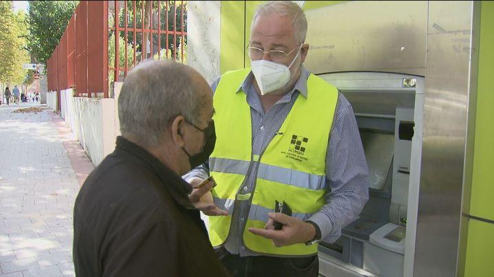 Consejos a los mayores para evitar atracos cuando retiran dinero de los cajeros