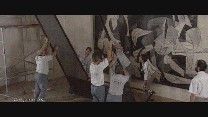 En 1992, el 'Guernica' atravesó la Castellana en un impresionante dispositivo hasta llegar a la que sería su casa