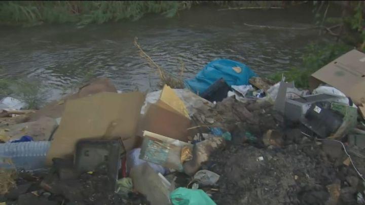 Vertidos ilegales convierten el río Guadarrama en un estercolero a su paso por el poblado de Las Sabinas