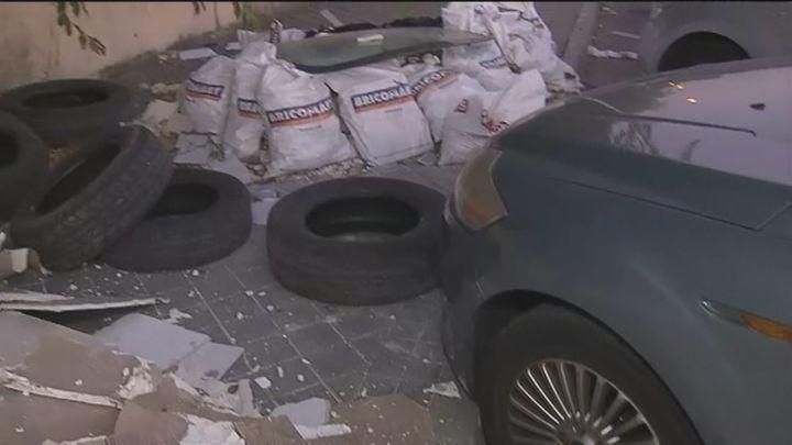 Colchones, neumáticos, escombros y basura convierten en un vertedero un parking disuasorio en Vallecas