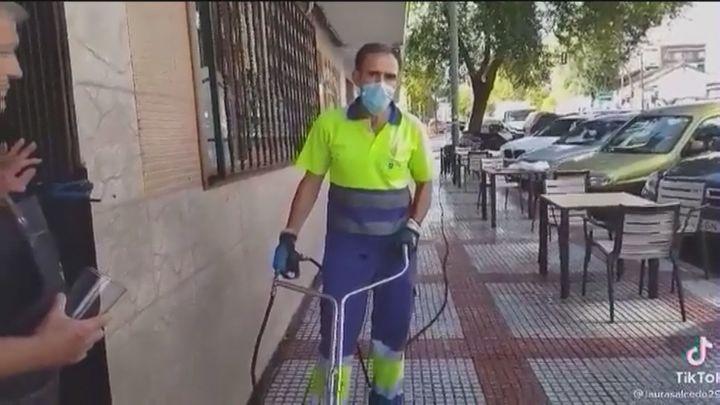 """El vídeo viral de una mujer contra unos operarios de Alcobendas: """"Estoy en la acera y pago impuestos igual que tú"""""""