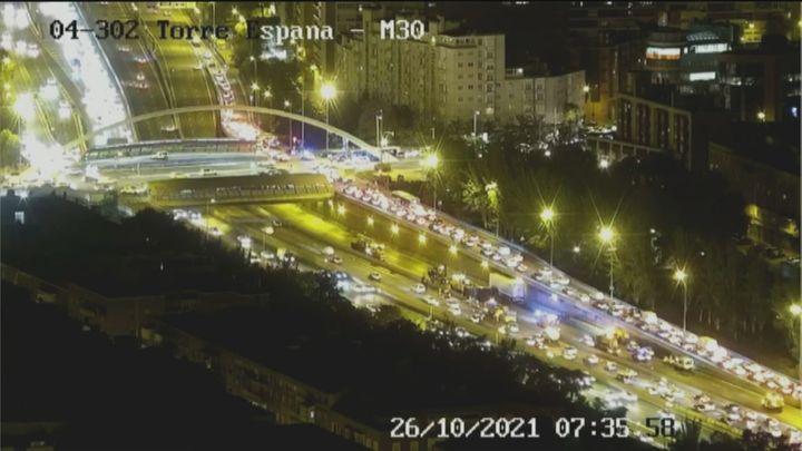 Atascazo de varios kilómetros en la M-30 por un accidente a la altura del puente de Ventas