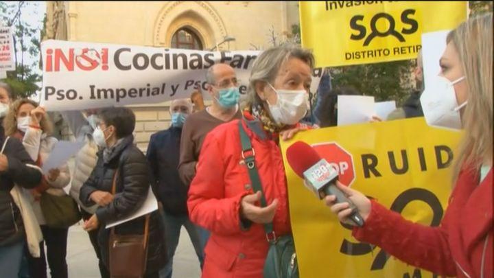 Asociaciones vecinales  se concentran en el  Ayuntamiento contra las 'terrazas Covid' y las 'cocinas fantasma'