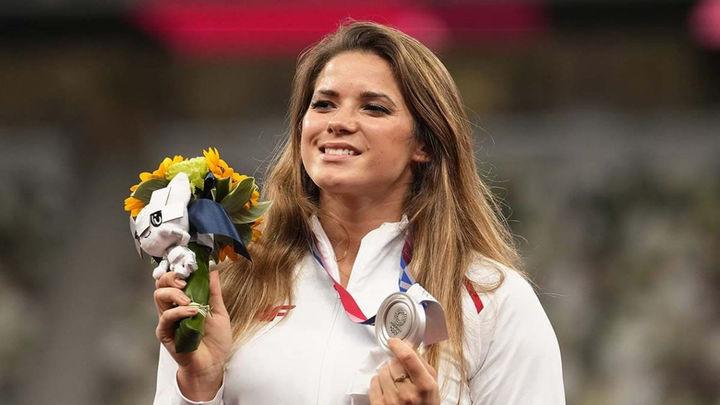María Andrejczyk subasta su medalla olímpica para la operación de un bebé