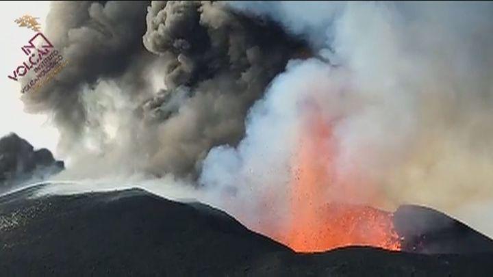 La Palma sigue temblando mientras el cono del volcán cambia de forma
