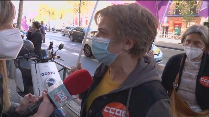 """Empleados de limpieza de hospitales  de Madrid se concentran frente a Sanidad por el """"impago"""" de complementos salariales"""