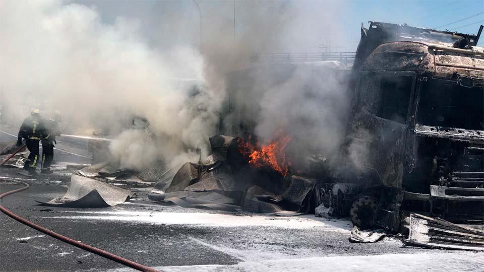 El incendio de un camión y un coche corta la A-1 a la altura de San Sebastián de los Reyes
